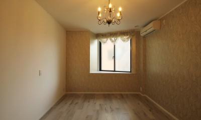 居室 モールディングのキッチンと室内窓が映えるフレンチ空間に
