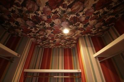 ウォークインクローゼット (モールディングのキッチンと室内窓が映えるフレンチ空間に)