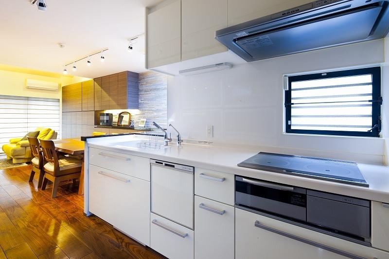 大容量の収納スペースのある家(リノベーション)の部屋 キッチン