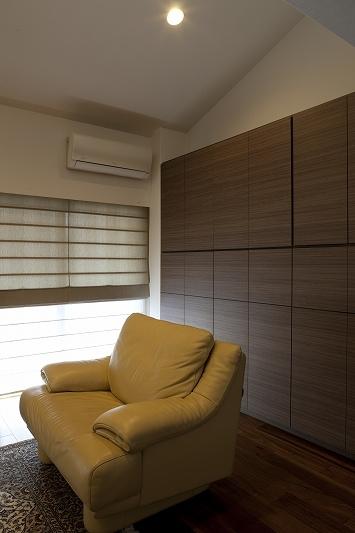 大容量の収納スペースのある家(リノベーション)の部屋 書斎