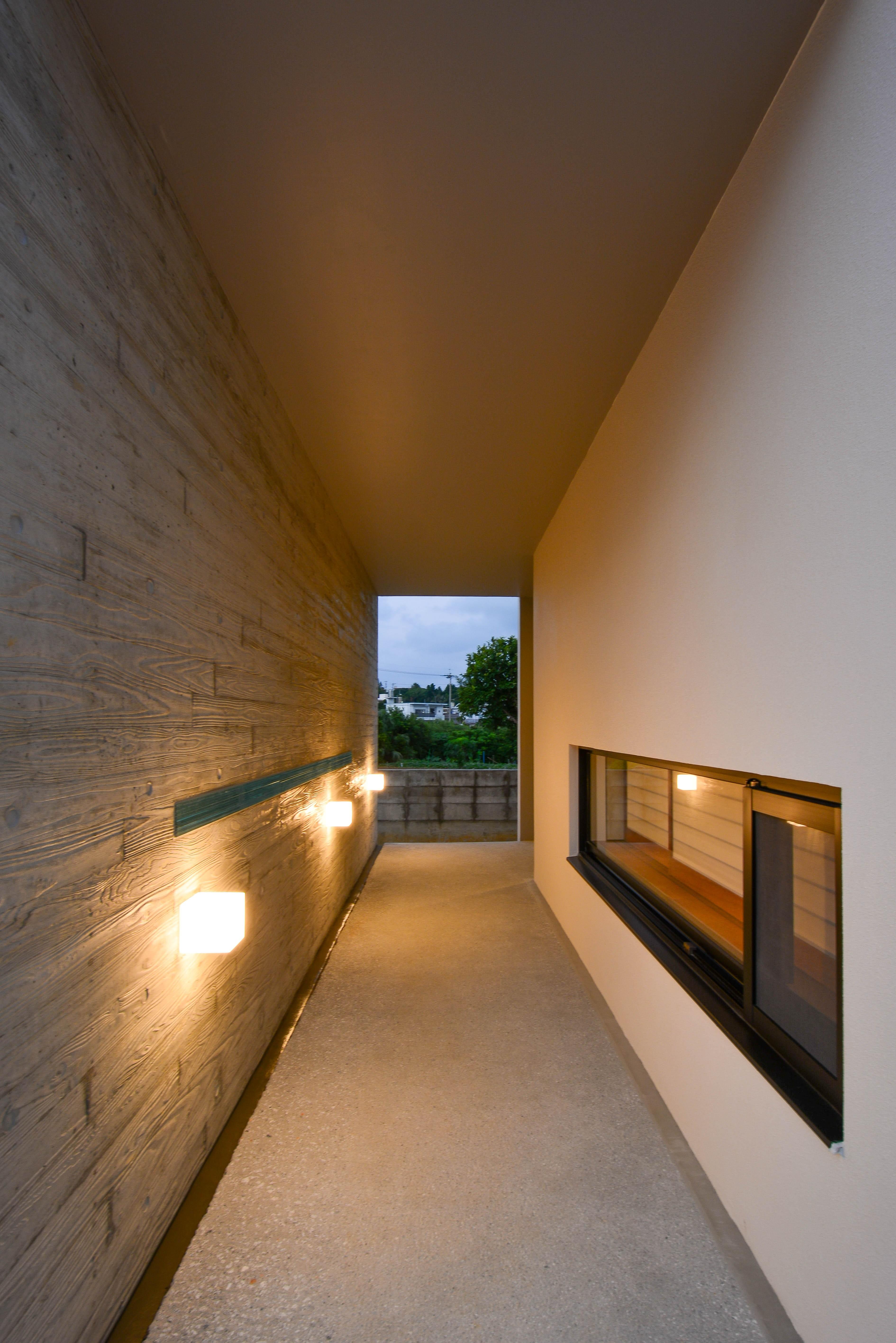 外観事例:玄関までのアプローチ(読谷村の家)