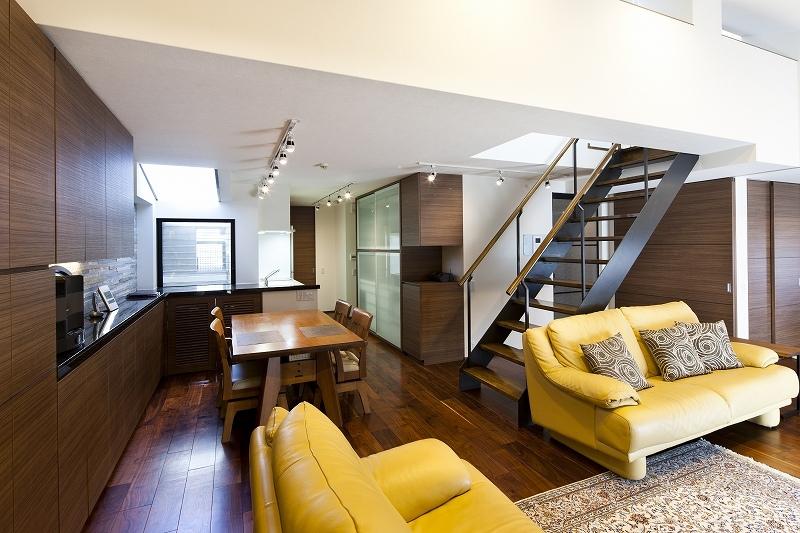 大容量の収納スペースのある家(リノベーション)の部屋 リビング1