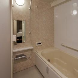 老後に「備える」住まいづくり (ベージュ系でやさしい雰囲気の浴室)
