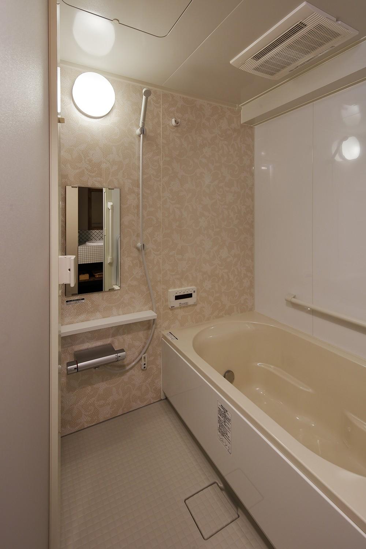 バス/トイレ事例:ベージュ系でやさしい雰囲気の浴室(老後に「備える」住まいづくり)