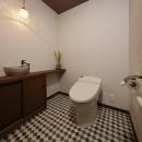 老後に「備える」住まいづくりの写真 シックなブラウンで統一されたトイレ