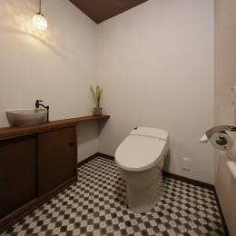 老後に「備える」住まいづくり (シックなブラウンで統一されたトイレ)