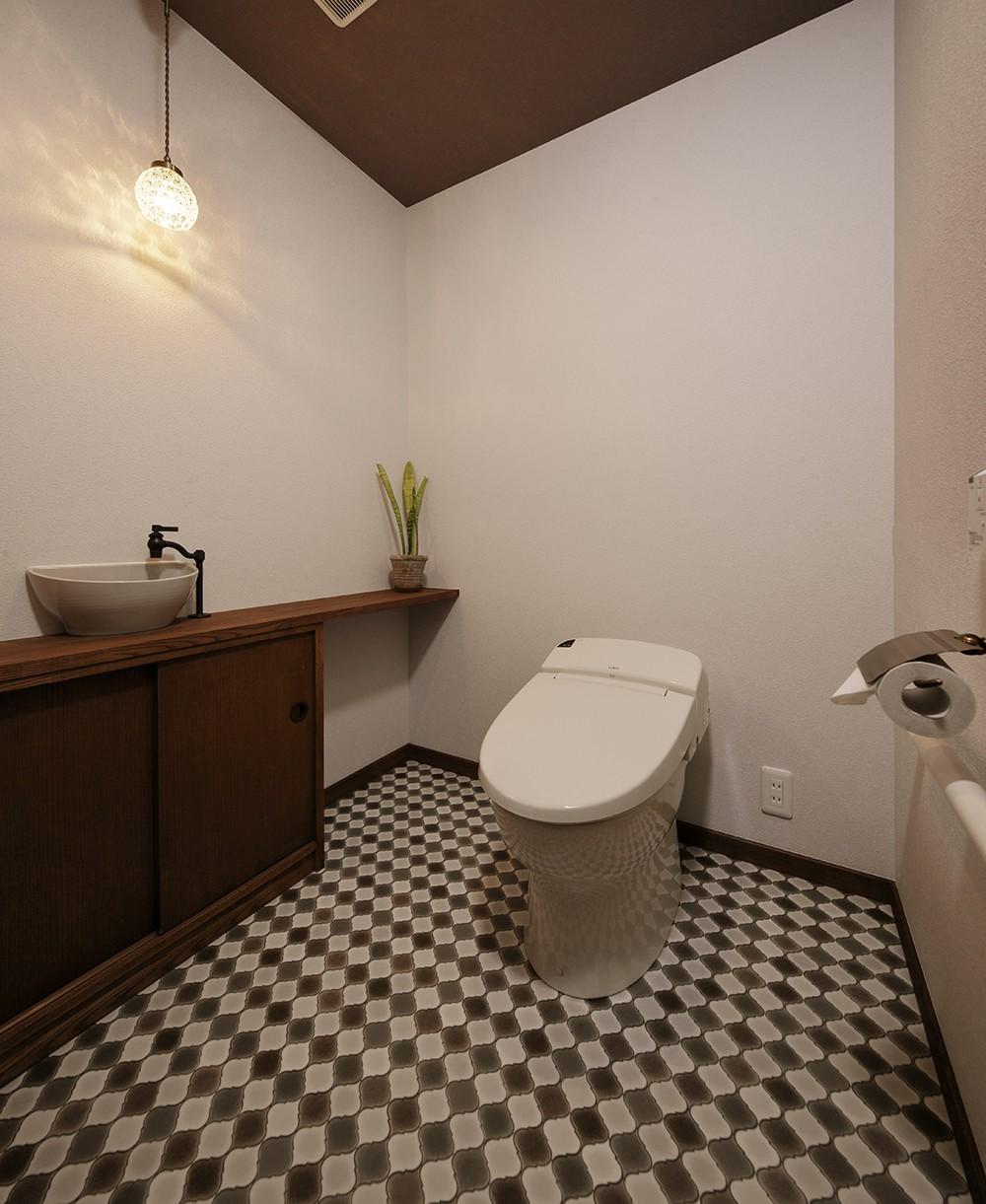 バス/トイレ事例:シックなブラウンで統一されたトイレ(老後に「備える」住まいづくり)