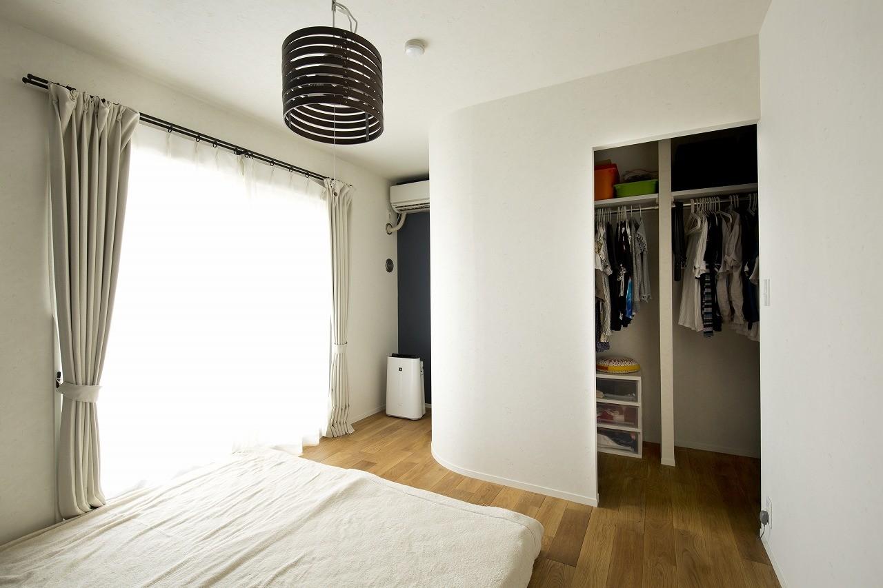 ベッドルーム事例:L型のWICを設置したベッドルーム(カラフルにのびのびと)