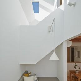 高窓の家 (リビングと吹抜け階段)