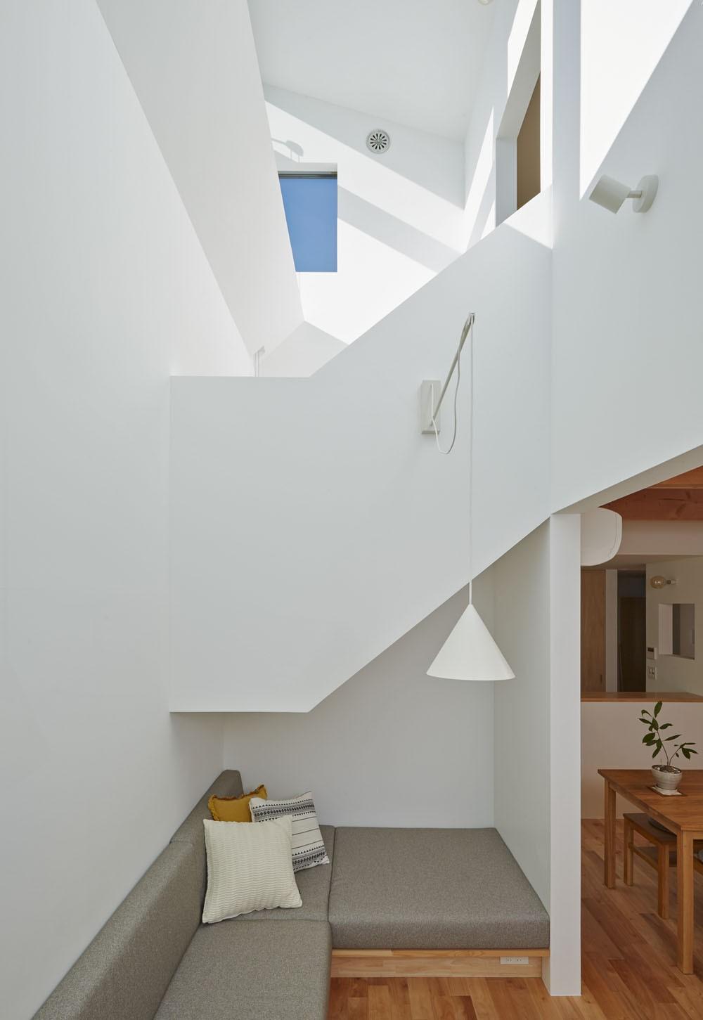 リビングと吹抜け階段 (高窓の家)