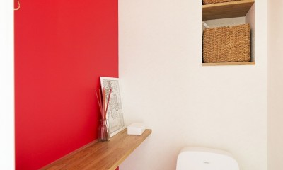カラフルにのびのびと (赤い壁紙が印象的なトイレ)