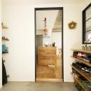 カラフルにのびのびとの写真 土間拡張×室内窓で開放感と明るさが増した玄関