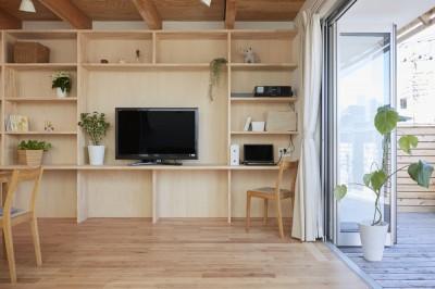 高窓の家 (ダイニングに面した壁面収納)