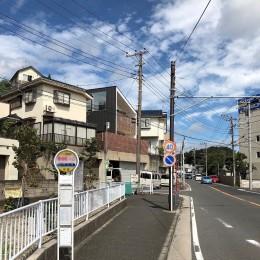 高窓の家 (通りから見た「高窓の家」)