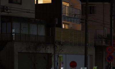 高窓の家 (夜の外観)