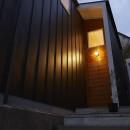 高窓の家の写真 木の外壁と木の玄関ドア