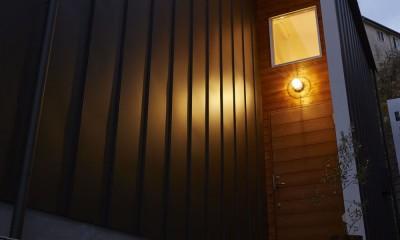 木の外壁と木の玄関ドア|高窓の家