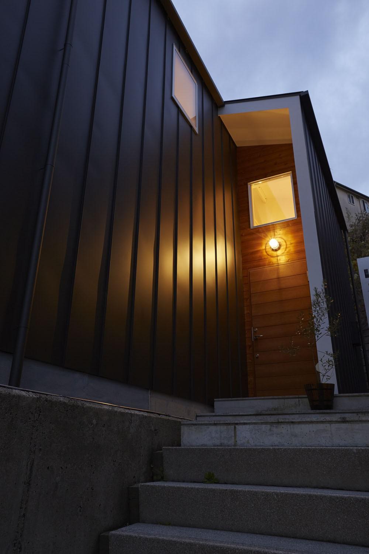 外観事例:木の外壁と木の玄関ドア(高窓の家)