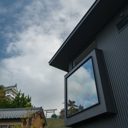 『青海の家』 風景と住む。~伊勢湾を臨む~ (大野城とダイニングの窓)