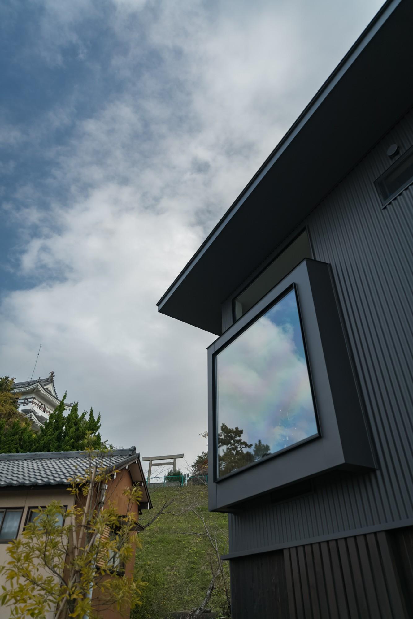 外観事例:大野城とダイニングの窓(『青海の家』 風景と住む。~伊勢湾を臨む~)