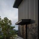 『青海の家』 風景と住む。~伊勢湾を臨む~の写真 玄関と前庭の夕景・奥には伊勢湾が見える
