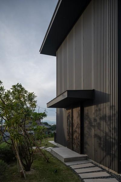 玄関と前庭の夕景・奥には伊勢湾が見える (『青海の家』 風景と住む。~伊勢湾を臨む~)