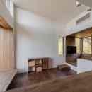 『青海の家』 風景と住む。~伊勢湾を臨む~の写真 キッチンからダイニングリビングを見る・リビングの窓から公園の緑