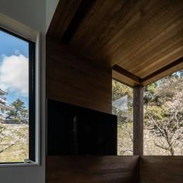 『青海の家』 風景と住む。~伊勢湾を臨む~ (リビングの窓から見える大野城と満開の桜)