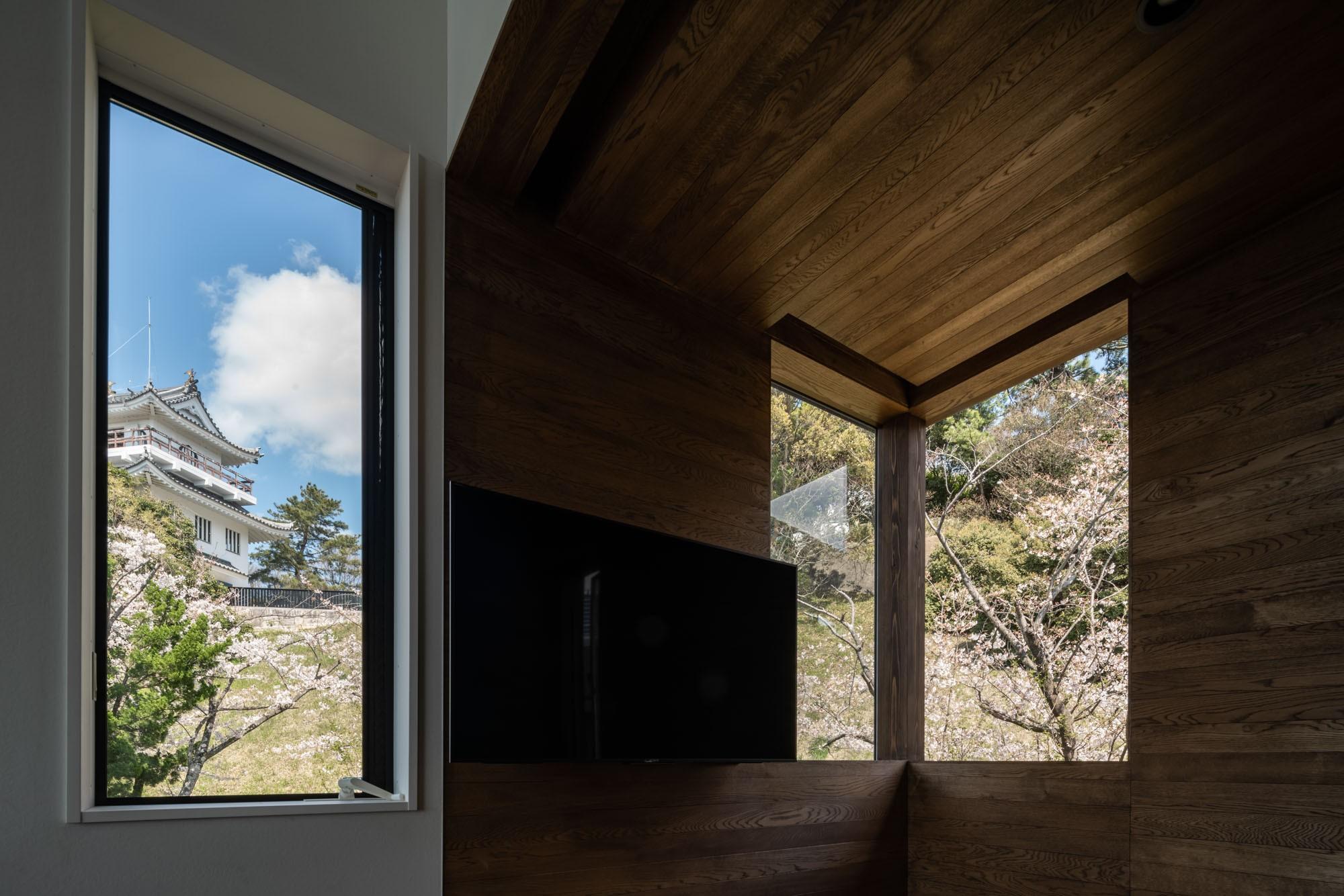 リビングダイニング事例:リビングの窓から見える大野城と満開の桜(『青海の家』 風景と住む。~伊勢湾を臨む~)