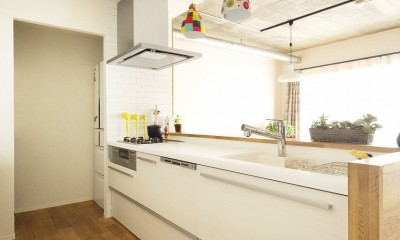 L型から対面I型に変更したキッチン|カラフルにのびのびと