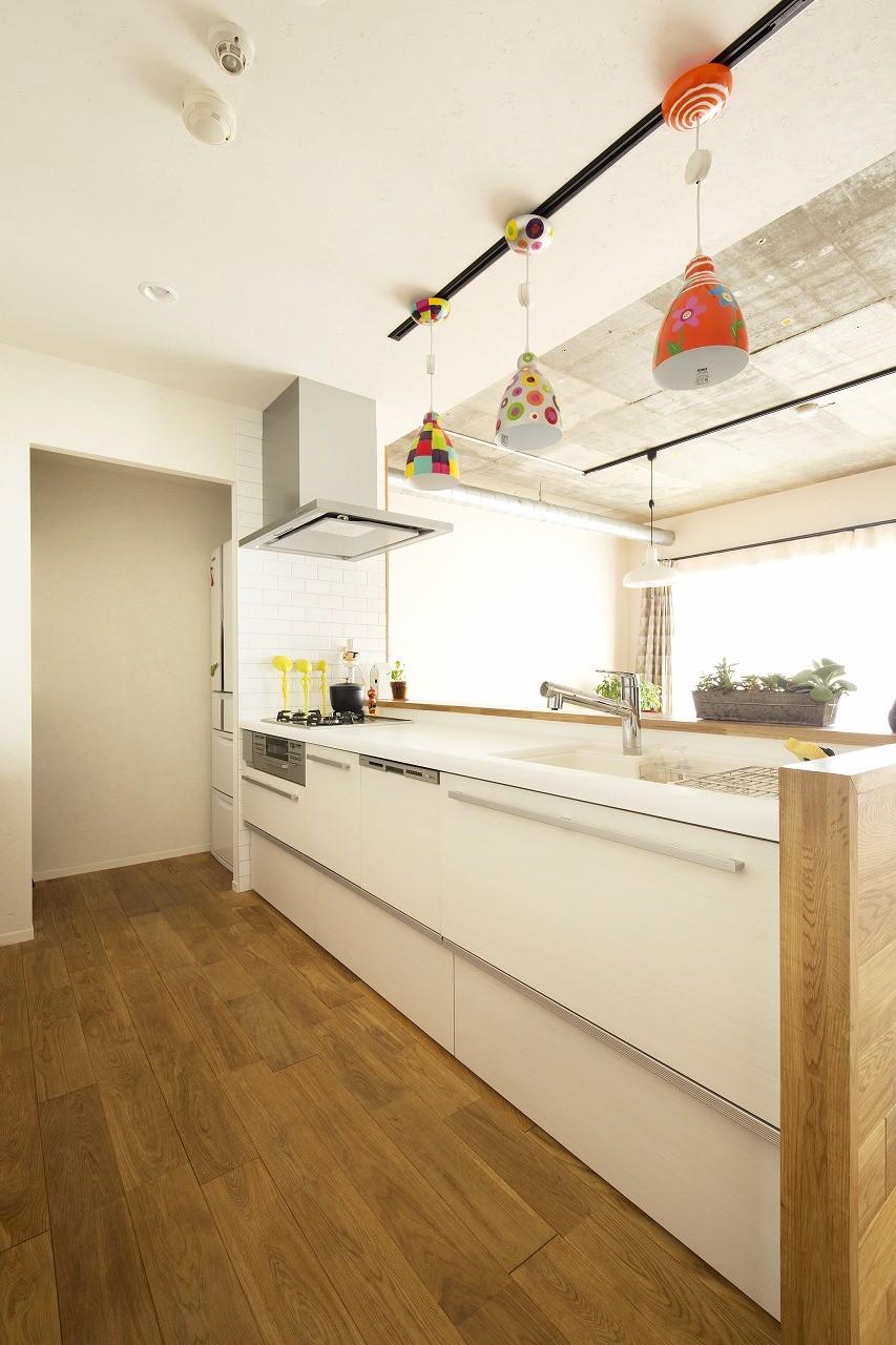 キッチン事例:L型から対面I型に変更したキッチン(カラフルにのびのびと)
