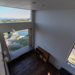 『青海の家』 風景と住む。~伊勢湾を臨む~ (ロフトからダイニングを見下す・伊勢湾を見るロフトレベルの窓)