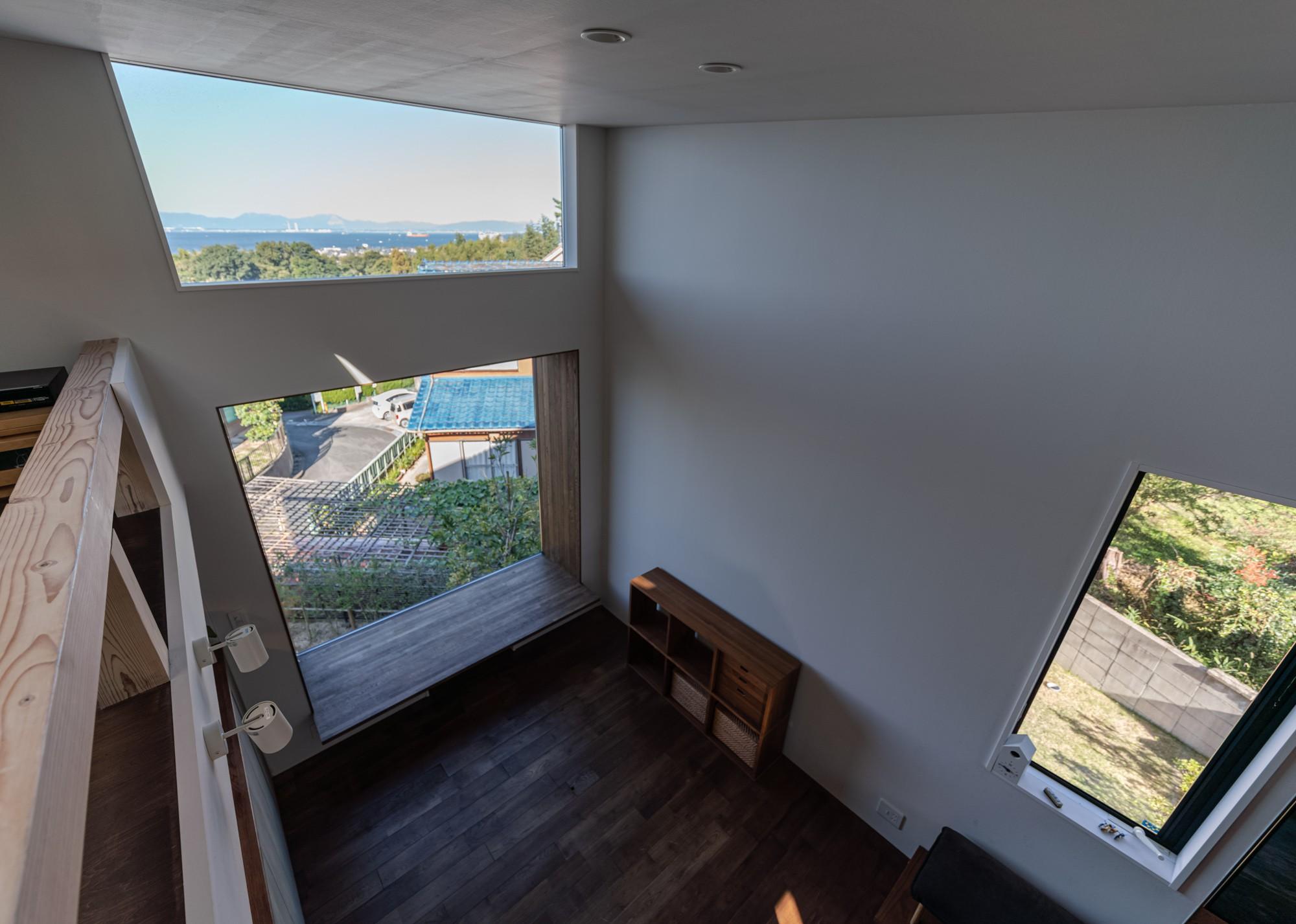 リビングダイニング事例:ロフトからダイニングを見下す・伊勢湾を見るロフトレベルの窓(『青海の家』 風景と住む。~伊勢湾を臨む~)