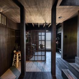 『青海の家』 風景と住む。~伊勢湾を臨む~ (玄関ホールと土間物置・階段からダイニングへ)