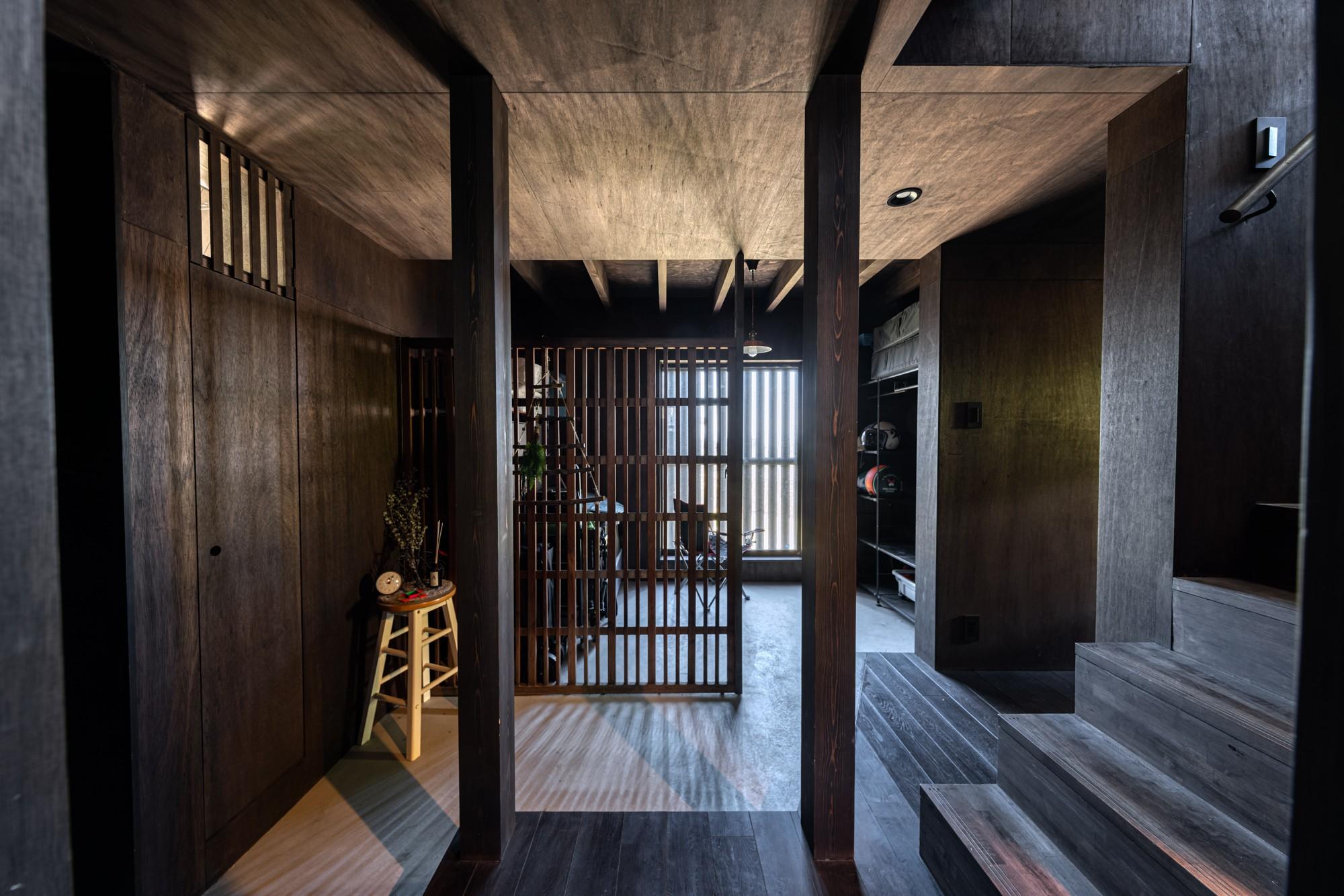 玄関事例:玄関ホールと土間物置・階段からダイニングへ(『青海の家』 風景と住む。~伊勢湾を臨む~)