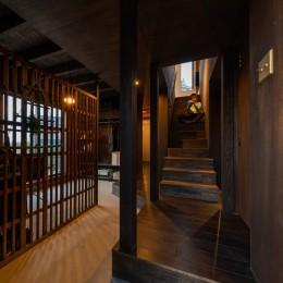 『青海の家』 風景と住む。~伊勢湾を臨む~ (玄関から上がる階段・正面には大野城が見える)