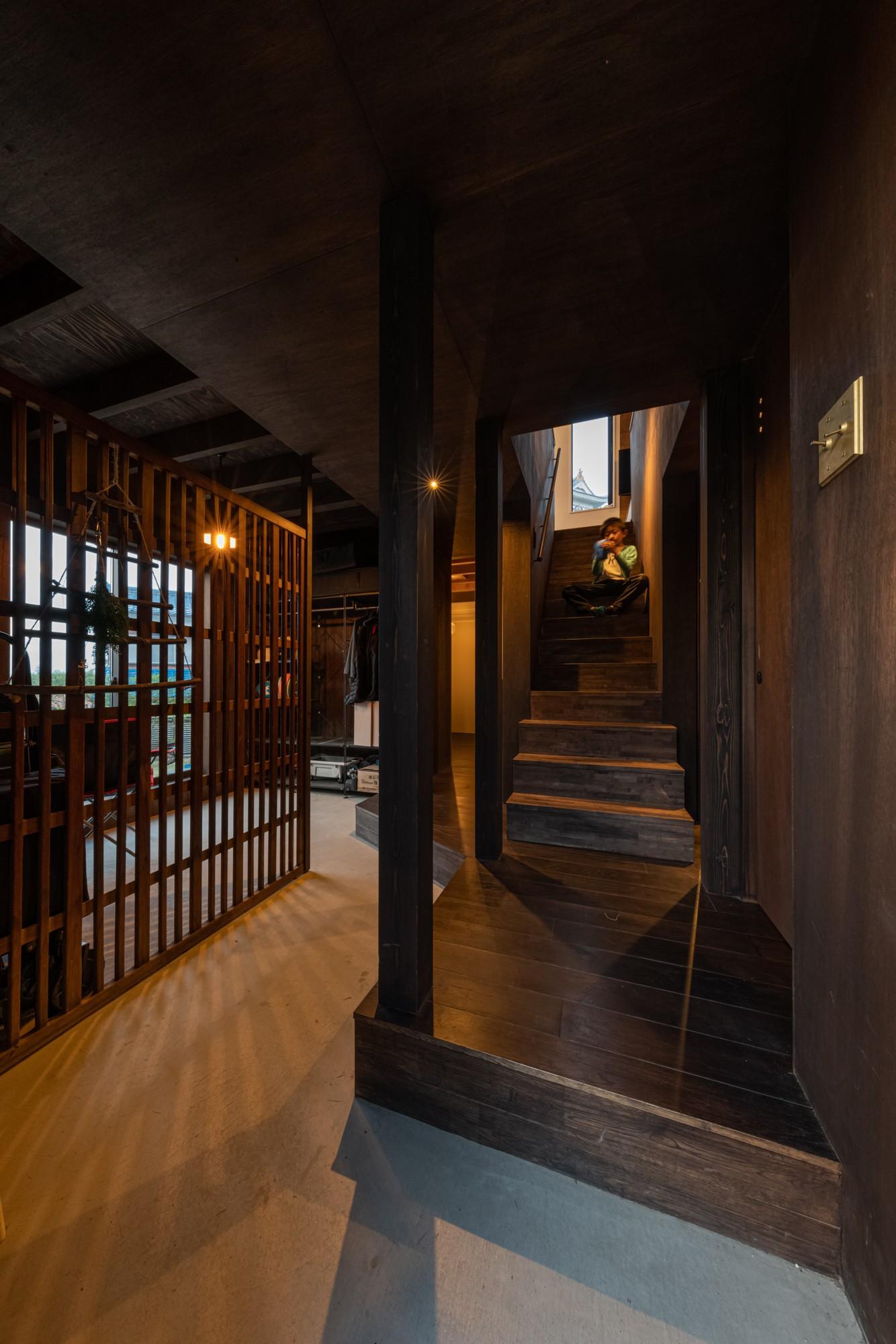 玄関事例:玄関から上がる階段・正面には大野城が見える(『青海の家』 風景と住む。~伊勢湾を臨む~)