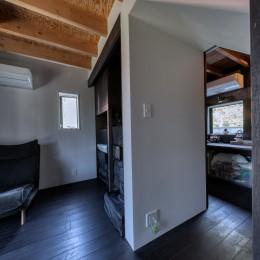 『青海の家』 風景と住む。~伊勢湾を臨む~ (寝室から階段下の通路越しに見えるこども室)