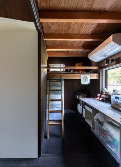 ハシゴで上がるベッドのあるこども室 (『青海の家』 風景と住む。~伊勢湾を臨む~)