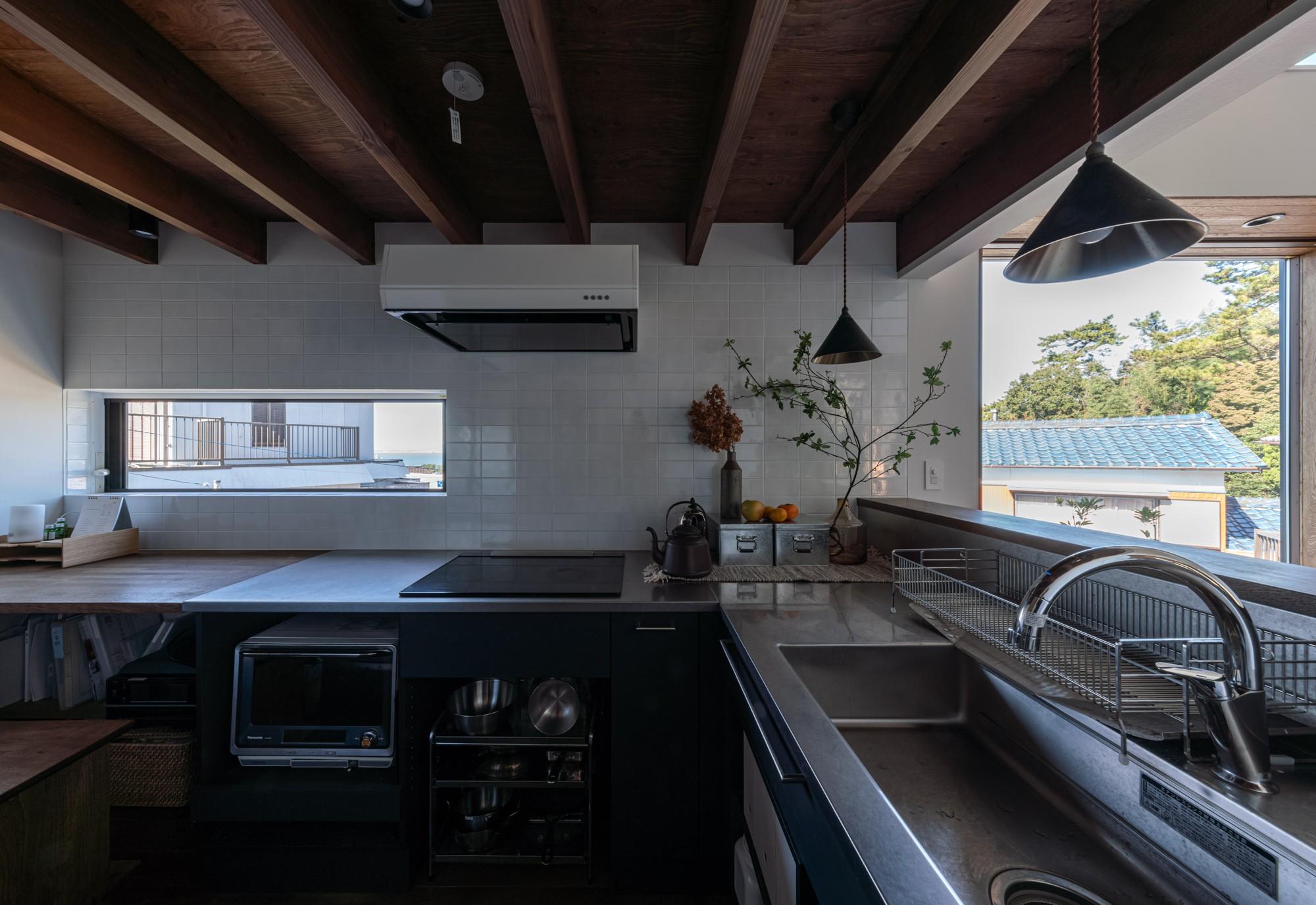 キッチン事例:伊勢湾を臨むキッチンの窓(『青海の家』 風景と住む。~伊勢湾を臨む~)