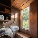 『青海の家』 風景と住む。~伊勢湾を臨む~の写真 2階のユーティリティ・物干しテラスと公園の緑
