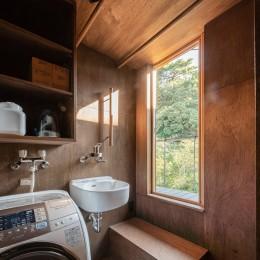 『青海の家』 風景と住む。~伊勢湾を臨む~ (2階のユーティリティ・物干しテラスと公園の緑)