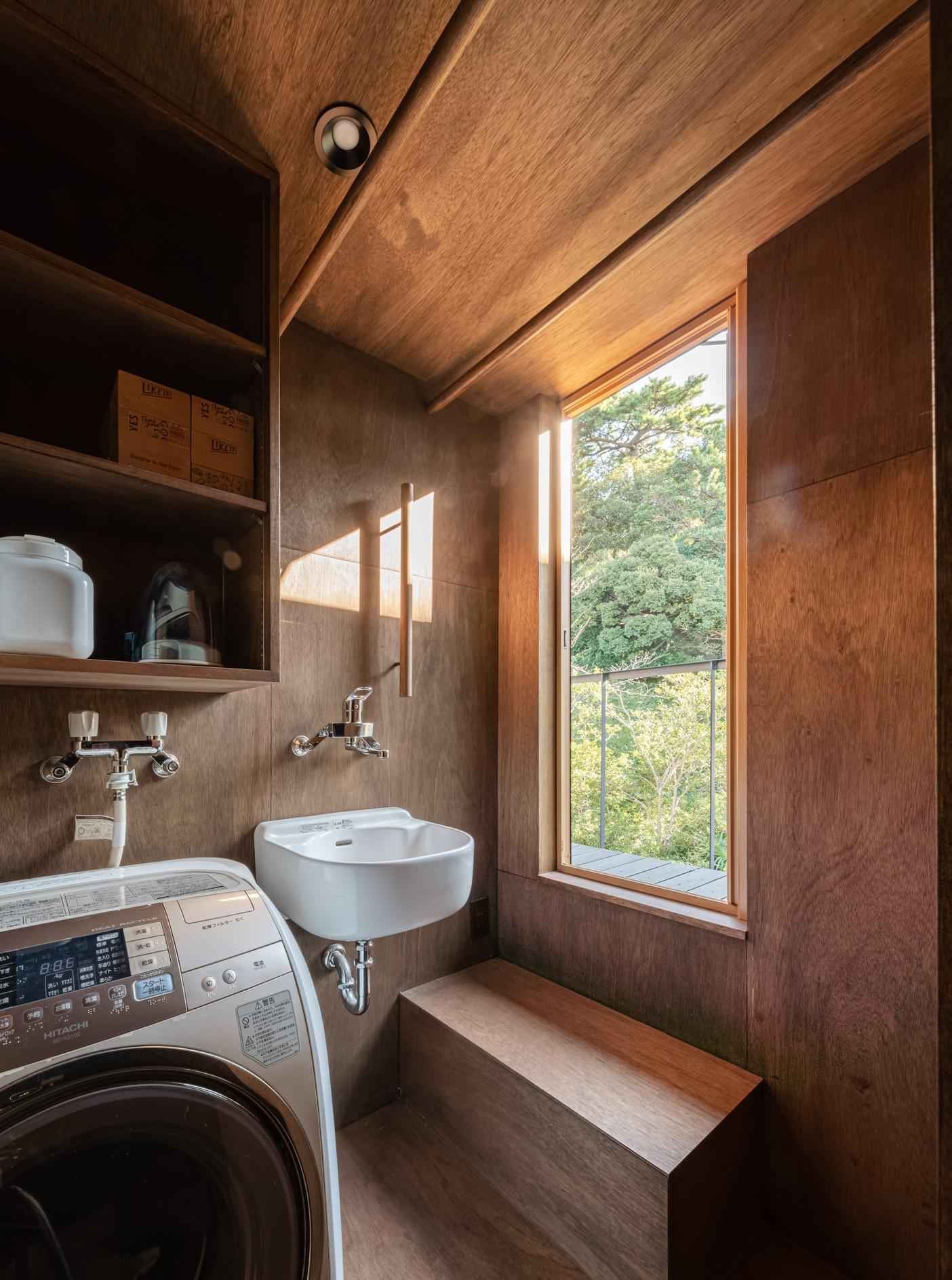 その他事例:2階のユーティリティ・物干しテラスと公園の緑(『青海の家』 風景と住む。~伊勢湾を臨む~)