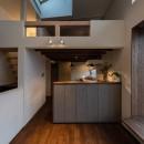 『青海の家』 風景と住む。~伊勢湾を臨む~の写真 キッチンとロフトと天窓