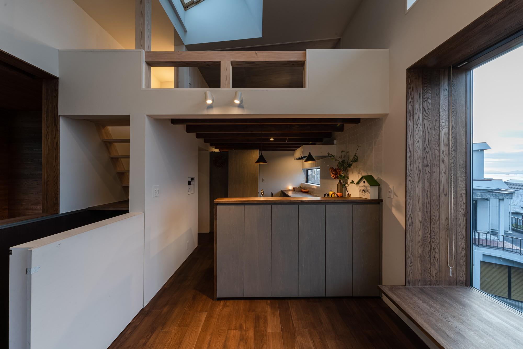 キッチン事例:キッチンとロフトと天窓(『青海の家』 風景と住む。~伊勢湾を臨む~)
