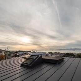 『青海の家』 風景と住む。~伊勢湾を臨む~ (屋根上にあるソラテラス・伊勢湾と夕陽)