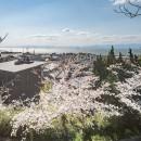 『青海の家』 風景と住む。~伊勢湾を臨む~の写真 城山公園から臨む青海の家と伊勢湾・春には桜が満開