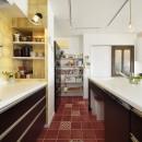 狭さはアイデアで解消!すっきりおしゃれな住まいの写真 華やかなタイルデザイン