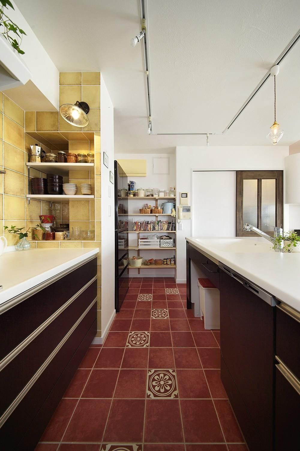 キッチン事例:華やかなタイルデザイン(狭さはアイデアで解消!すっきりおしゃれな住まい)