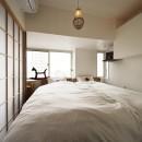 狭さはアイデアで解消!すっきりおしゃれな住まいの写真 コンパクトな寝室